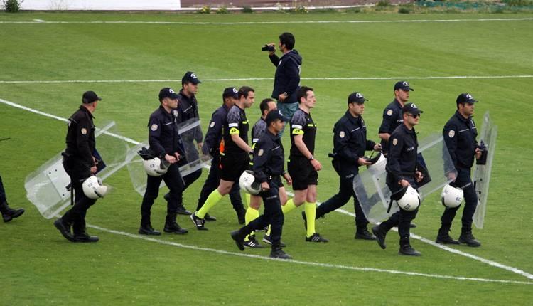 Elazığspor - Adanaspor maçında olaylar çıktı! Maç zor tamamlandı