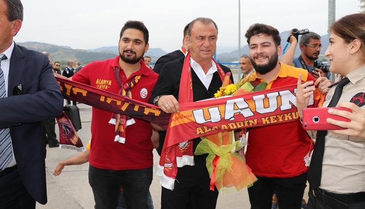 Galatasaray'a Alanya'da coşkulu karşılama! Şampiyonluk pankartı