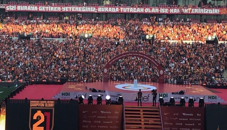 Galatasaraylı taraftarlardan Aziz Yıldırım'a gönderme