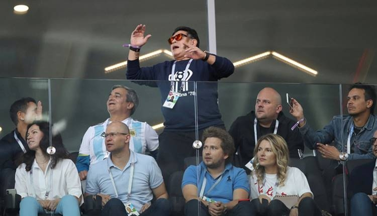 Maradona tribünde puro içtiği için özür diledi