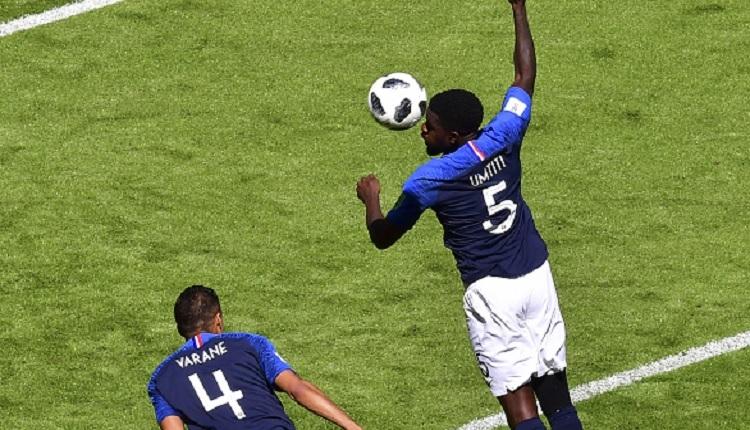 Umtiti kendisiyle bakın nasıl dalga geçti! (Fransa - Avustralya maçı penaltı)