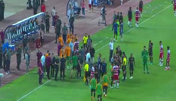 Club Africain - Galatasaray maçında saha karıştı