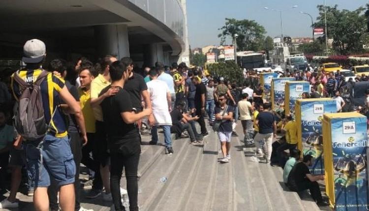 FB Haber: Fenerbahçeli taraftarlar, kombinelere hücum etti
