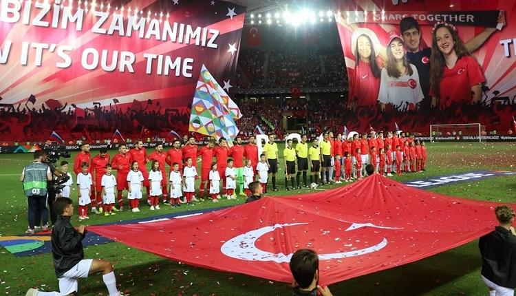 Türkiye - Rusya maçında Trabzon'da Fenerbahçe'ye gönderme