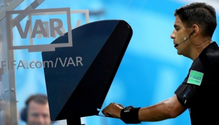 Kırmızı kart gösterdiği futbolcuyu soyunma odasından geri çağırdı! Fransa'yı sallayan VAR olayı