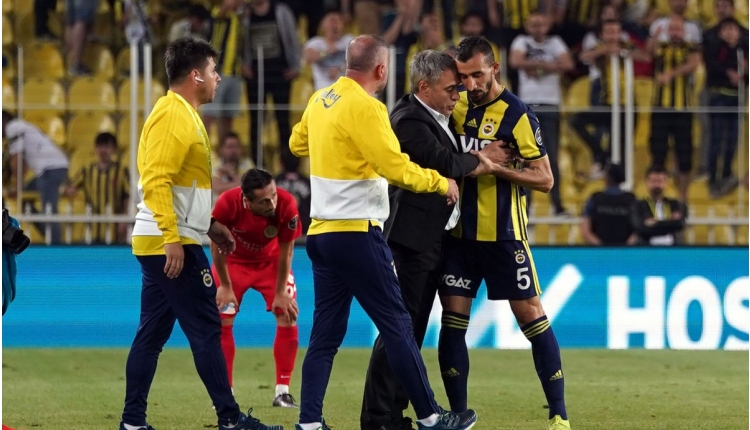 Ülker Stadyumu'nda Mehmet Topal'a protesto