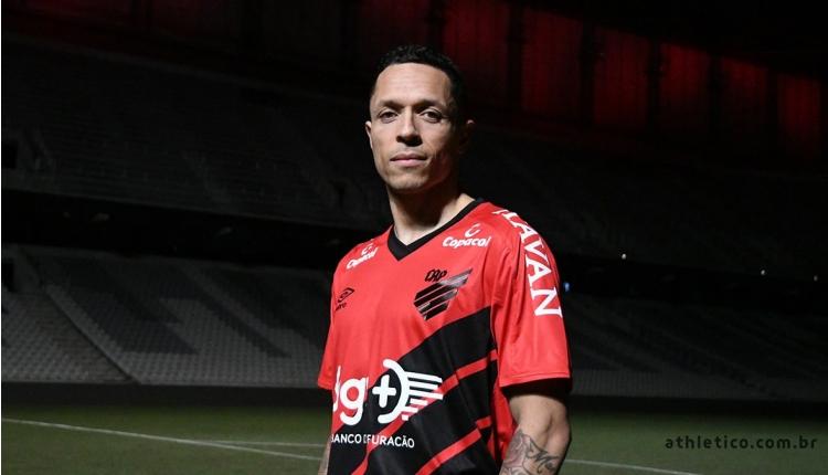 Athletico Paranaense, Beşiktaşlı Adriano transferini açıkladı
