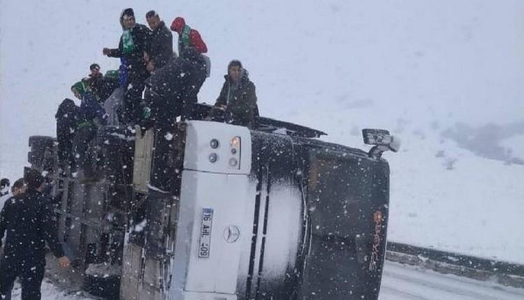 Bursasporlu taraftarları taşıyan otobüs kaza yaptı