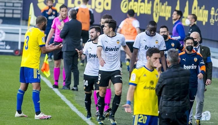 Cadiz-Valencia maçında olay! Sahadan çekildiler, geri döndüler
