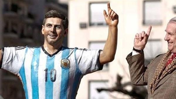 Messi heykelinin parmağını kırdılar