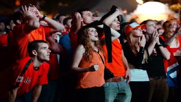 Hollanda'lı taraftarlar penaltılarda nefeslerini tuttu