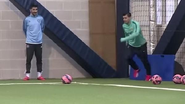Aguero ve Villa'nın kornerden gol atma yarışı