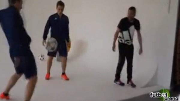 İkizlerden Jordi Alba'ya futbol dersi!