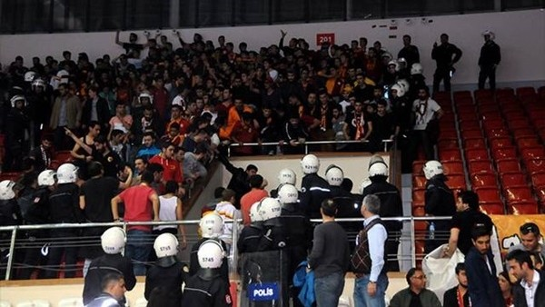 Galatasaray - Fenerbahçe maçında olay