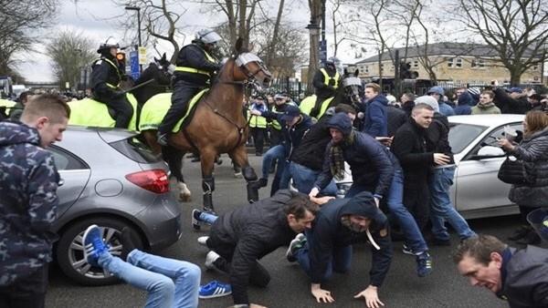 Tottenham- Arsenal taraftarları birbirine girdi