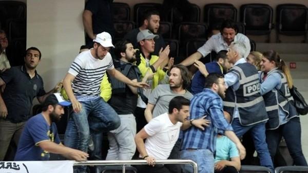 Fenerbahçe - Galatasaray maçında çıkan olaylar