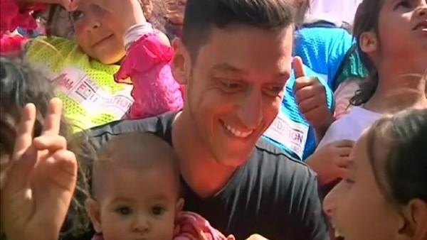 Mesut Özil mülteci çocuklarla futbol oynadı