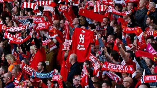 Liverpool taraftarından You'll never walk alone şarkısı