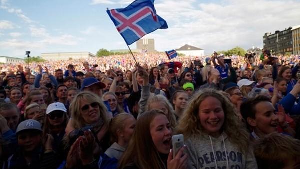 Ülkeye dönen İzlanda milli takımına müthiş karşılama