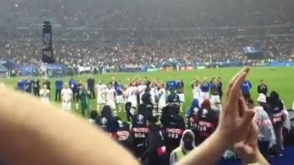 İzlandalı taraftarlar maç sonu futbolcuları tribüne çağırdı