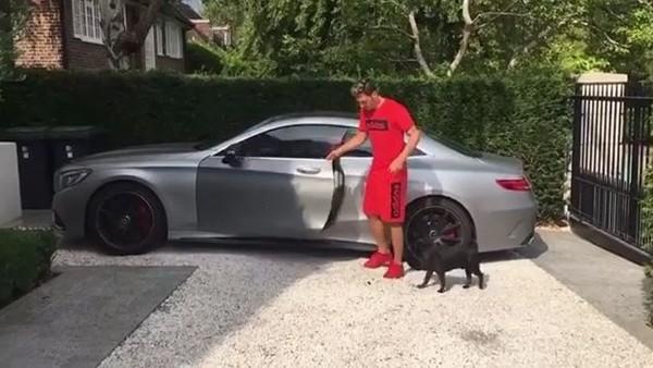 Mesut Özil'in köpeği ve arabası