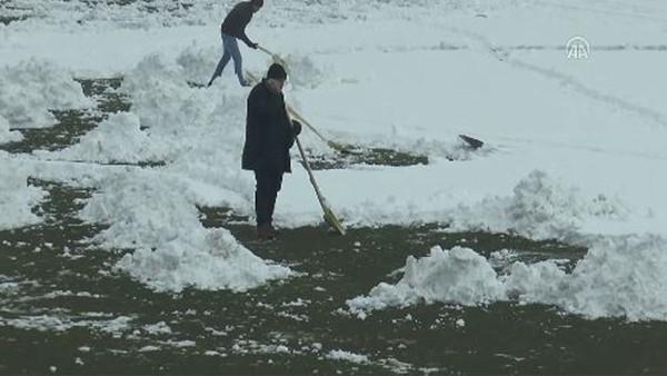 Kızılcabölüksporlu yöneticiler karla kaplı sahayı temizledi