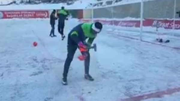 Konyasporlu kaleci Kaya Tarakçı maç öncesi ısınıyor