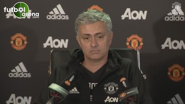 Gazetecinin basın toplasında çalan telefonunu Mourinho açıyor.