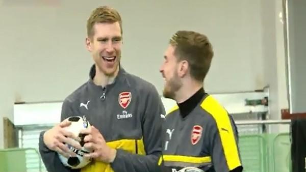 Arsenalli futbolcuları Dunking Devils ile birlikte!