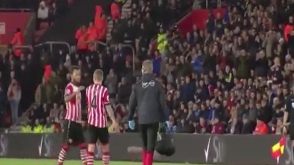 Futbolcular şaşkına döndü! Maçın ortasında...