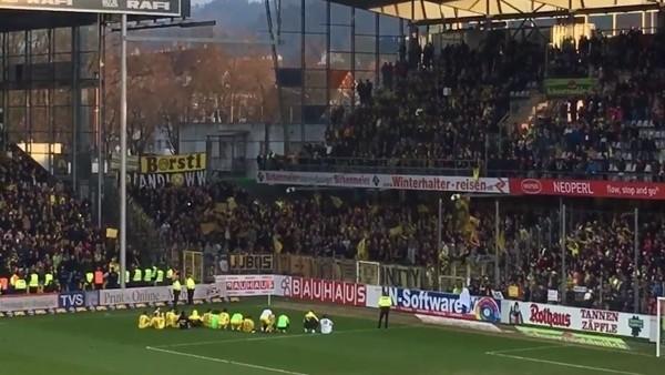 Dortmundlu oyuncular galibiyeti taraftarıyla kutladı