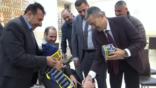 Fenerbahçeli engelli taraftara imzalı forma sürprizi