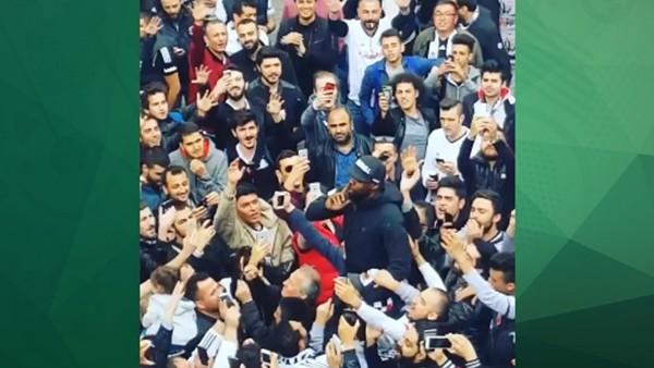 Pascal Nouma taraftarların arasına girerek üçlü çektirdi