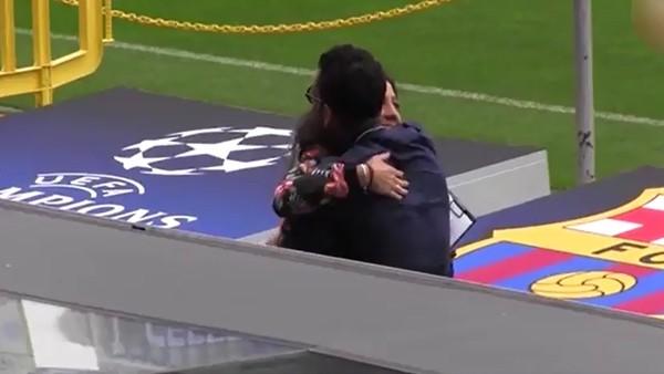 Dani Alves geri döndü, çimleri öptü!