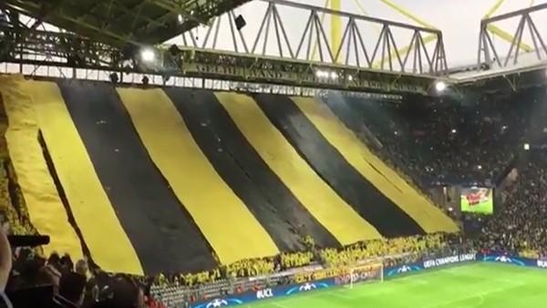 Dortmundlu taraftardan dev bayrak!