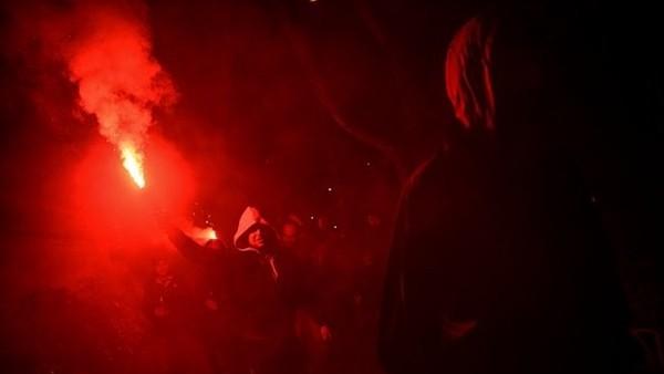 Beşiktaş taraftarları Vodafone Arena'ya giderken ortalığı yaktı