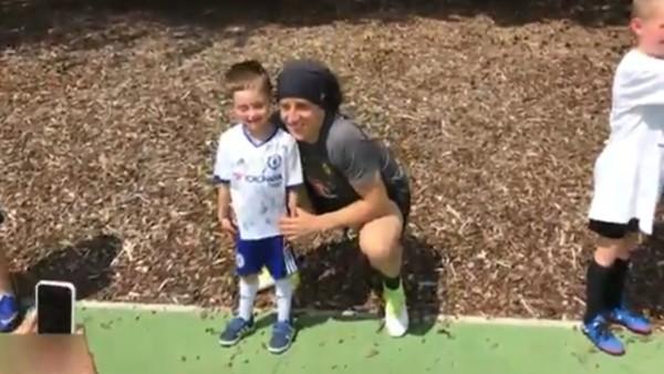 """Minik David Luiz hayranının """"Dab"""" sevdası!"""
