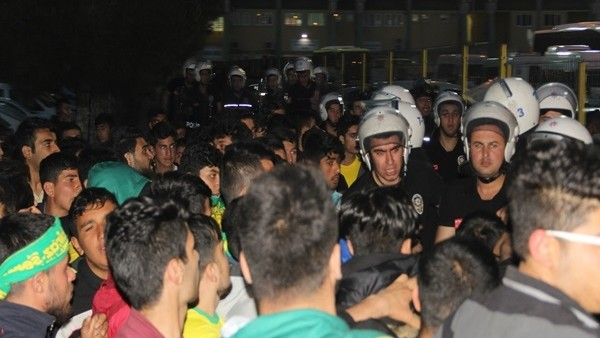 Şanlıurfa'da maç sonrası ortalık savaş alanına döndü