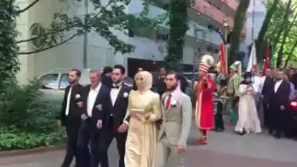 Hakan Çalhanoğlu mehter marşı ile gelin aldı
