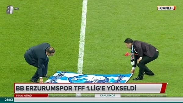 """Erzurumspor Başkanı, Vodafone Arena'ya """"Şampiyon Erzurum"""" bayrağı serdi"""