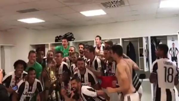 Juventuslu futbolcuların kupa coşkusu