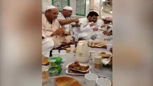 Paul Pogba, Mekke'de iftar sofrasına oturdu