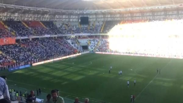 Beşiktaşlı oyuncular sahaya, taraftarlar tezahürata başladı
