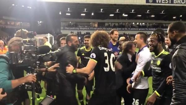 Chelseali futbolcular Conte'yi havaya fırlattı