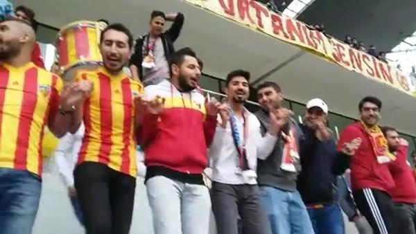 Kayserispor taraftarları Yeni Malatyaspor'un Süper Lig'e yükselmesini halayla kutladı