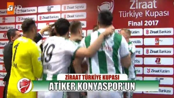 Konyaspor kupayı kazandı, futbolcular Aykut Kocaman'ın röportajını bastı