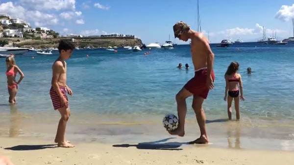 Robin van Persie'nin oğluyla plajda futbol keyfi