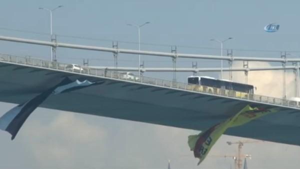 15 Temmuz Şehitler Köprüsü'ne Göztepe bayrağı asıldı