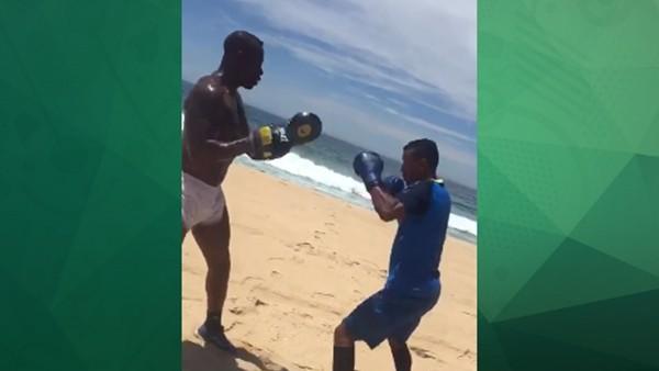 Nani'den kumsalda boks çalışması