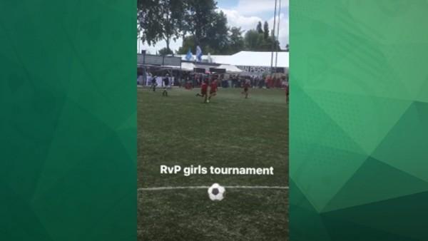 Minik kızın golü Robin van Persie'yi mest etti!